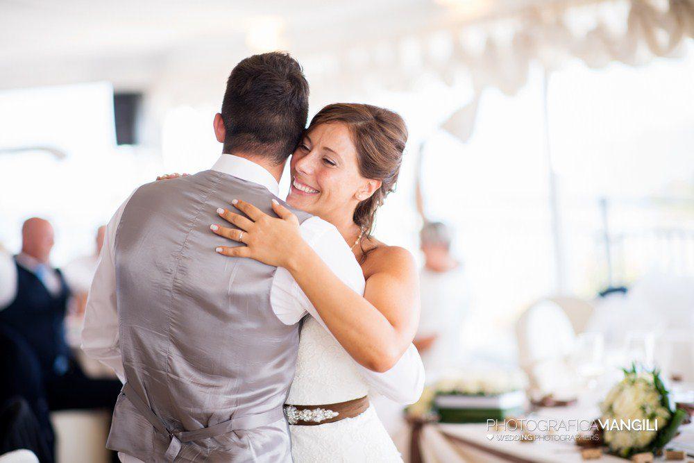 AAAAA 01 abbraccio sposo