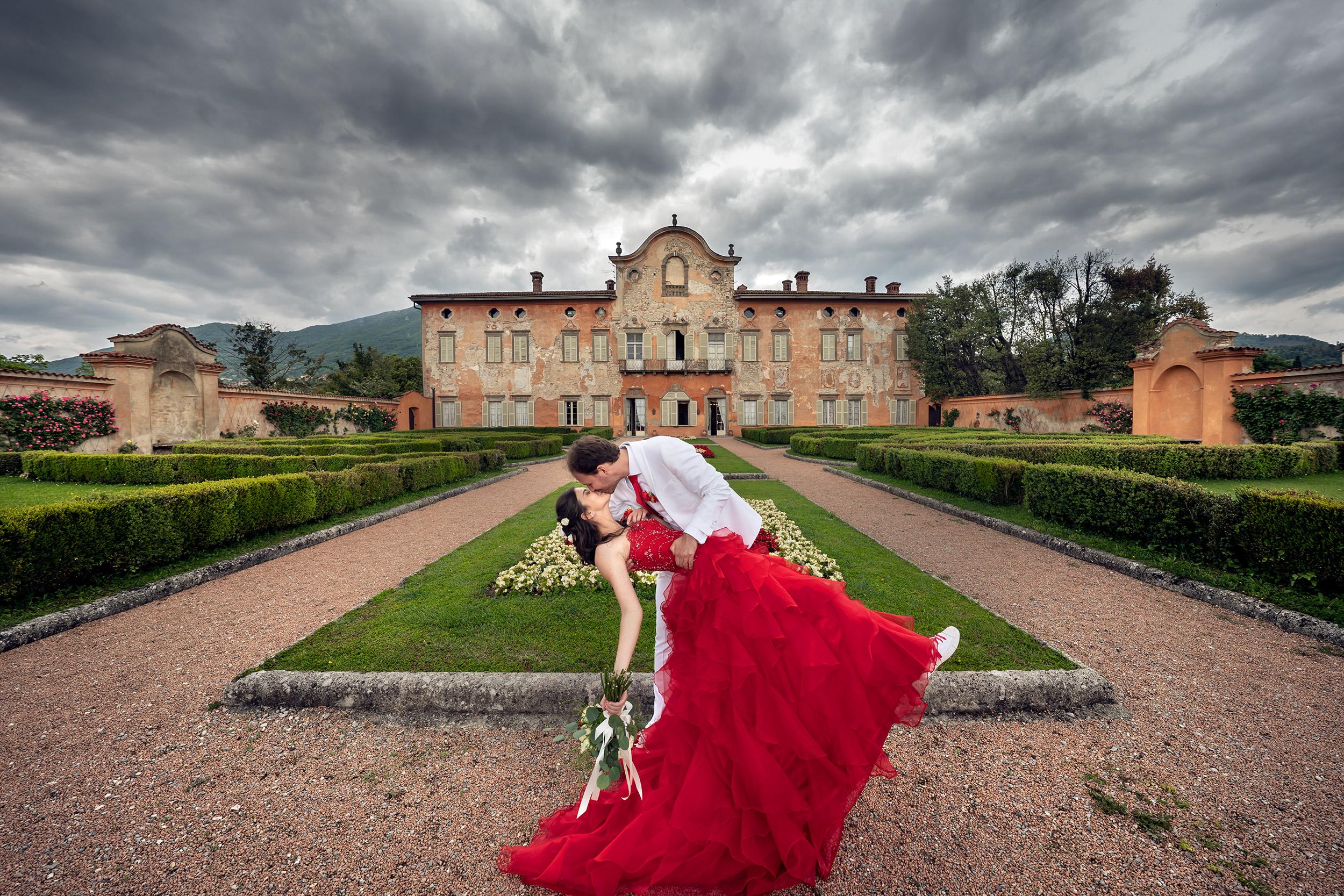 032 fotografo matrimonio reportage wedding bacio sposi giardino villa malliana bergamo