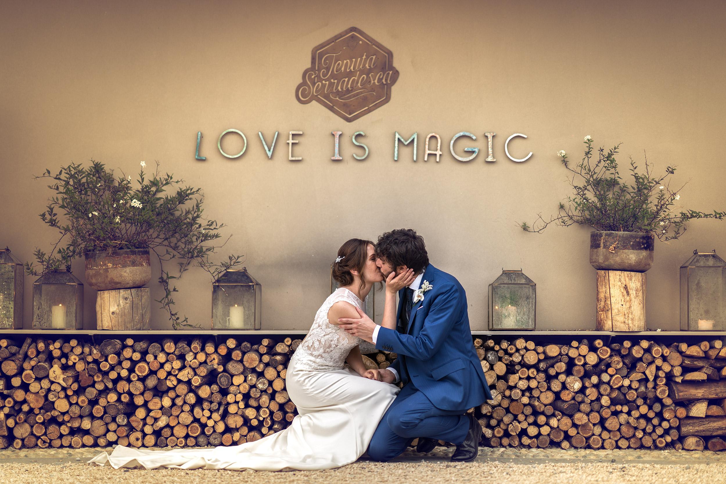 039 fotografo matrimonio reportage wedding sposi romantico bacio tenuta serradesca scanzorosciate bergamo