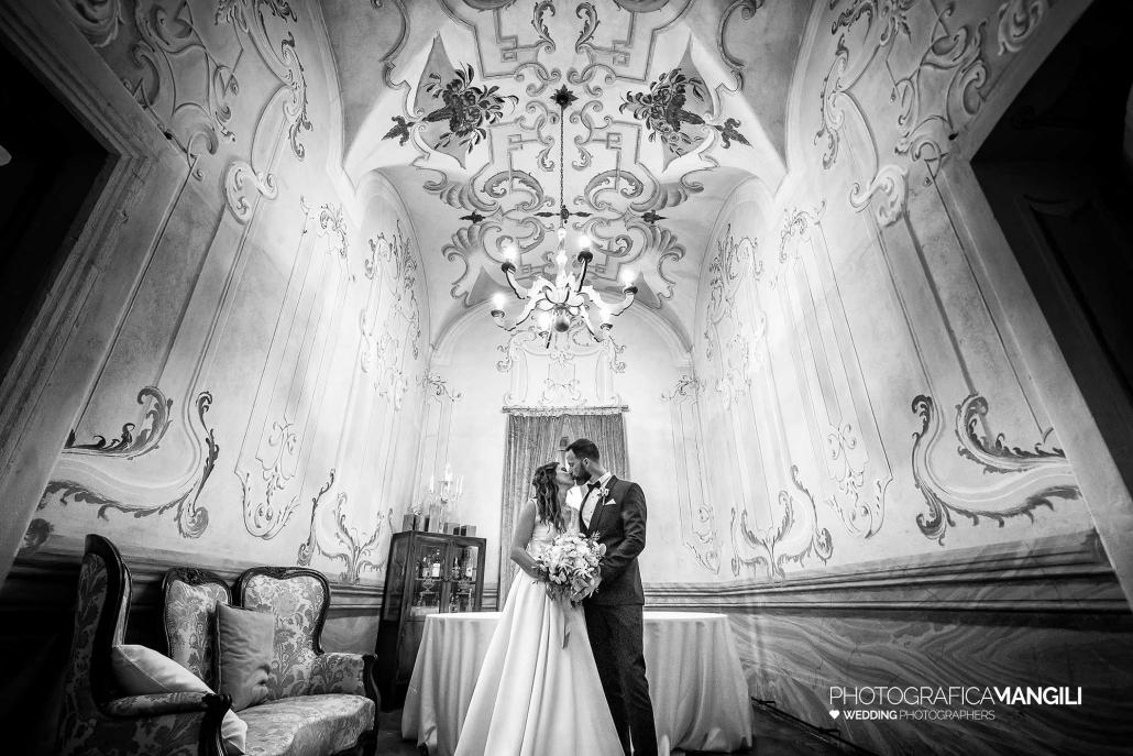 000 reportage wedding sposi foto matrimonio ritratti villa canton sala interna bacio bianco nero trescore balneario bergamo 1