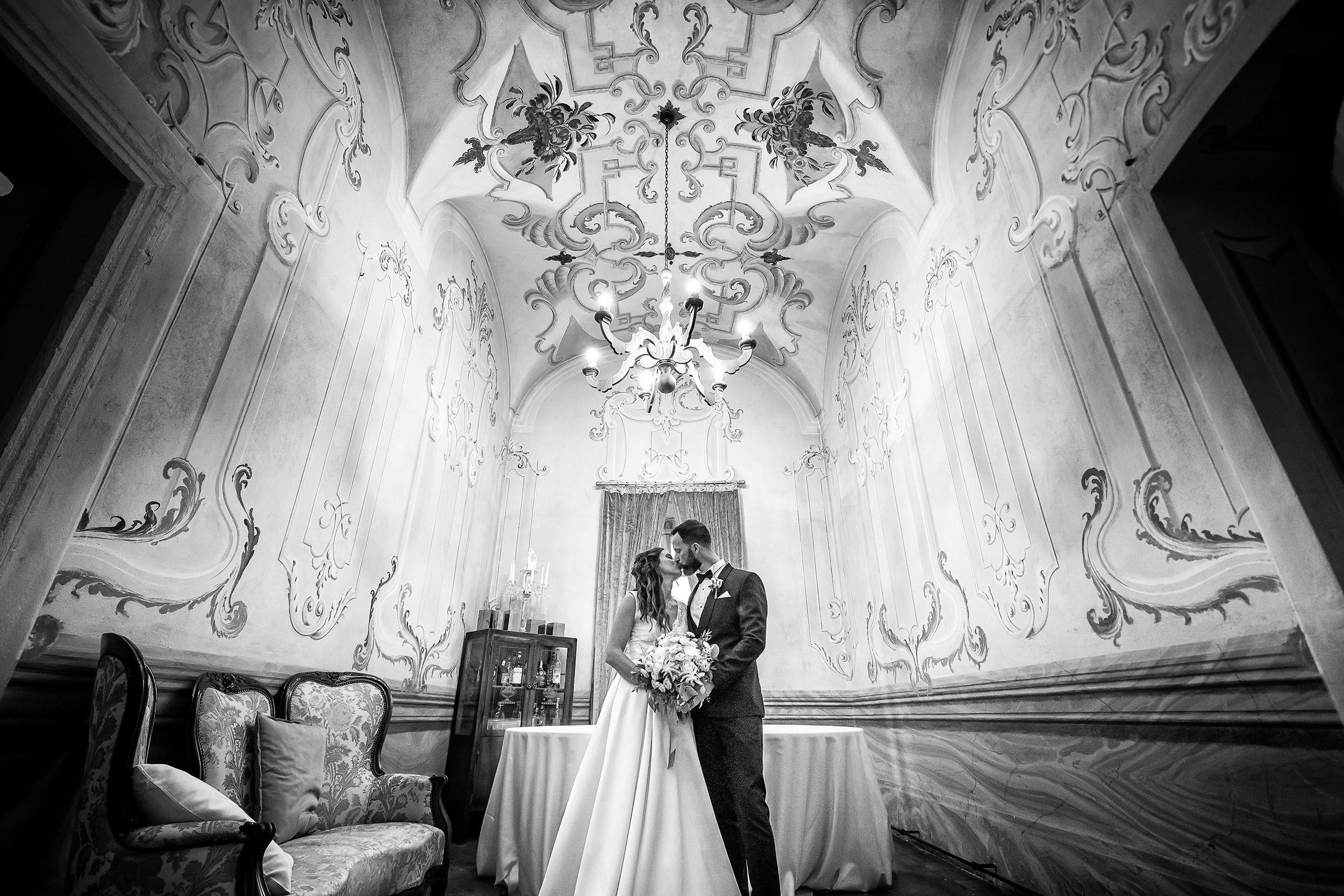 000 reportage wedding sposi foto matrimonio ritratti villa canton sala interna bacio bianco nero trescore balneario bergamo 2