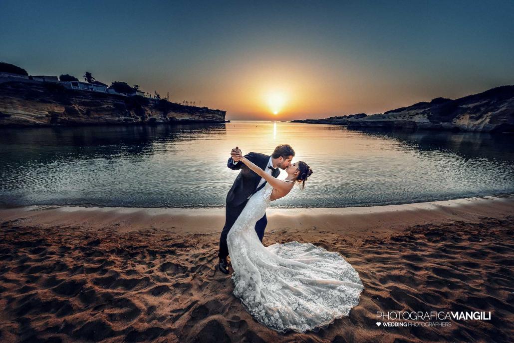 000 fotografo matrimonio reportage destination wedding italy italy newlyweds sunrise sea beach siracusa sicily italy 1