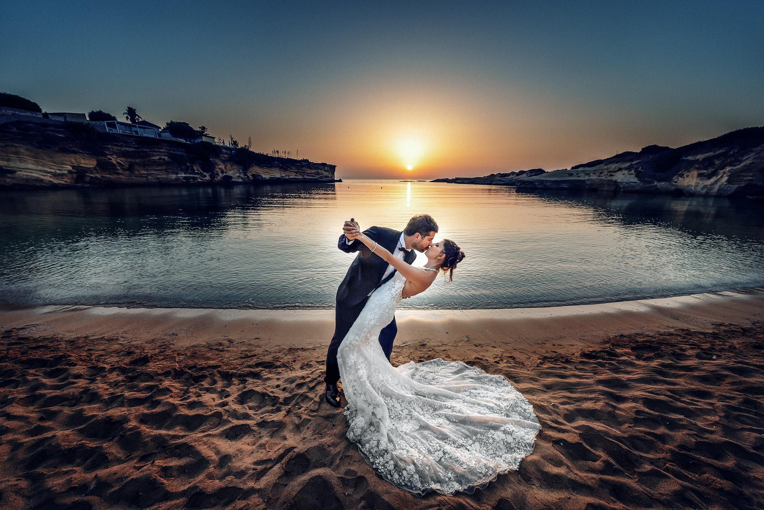 000 fotografo matrimonio reportage destination wedding italy italy newlyweds sunrise sea beach siracusa sicily italy 2